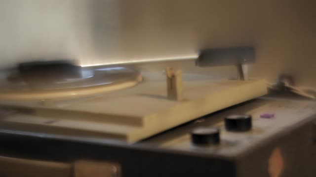 old, vintage, dirty, dusty turntable spinning vinyl record - turntable stock videos & royalty-free footage