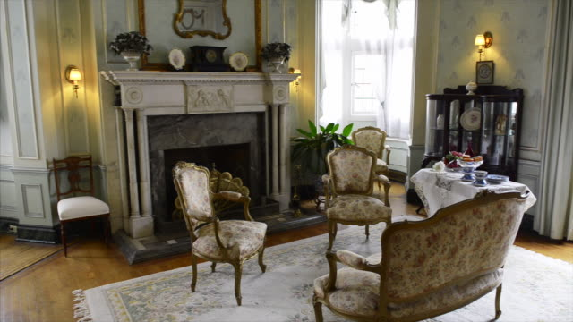 vídeos de stock e filmes b-roll de old vintage furniture in one of the luxurious rooms for receiving guests casa loma is a tourist attraction in the canadian city capital of the... - dentro