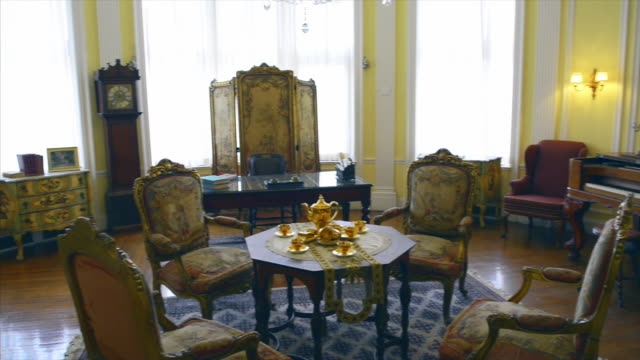 vídeos y material grabado en eventos de stock de old vintage furniture in one of the luxurious rooms for receiving guests casa loma is a tourist attraction in the canadian city capital of the... - anticuario anticuado