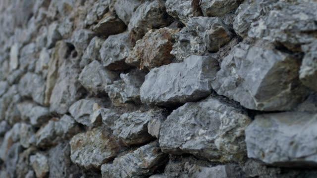 古代の石積みの古い壁 - セレクティブフォーカス点の映像素材/bロール