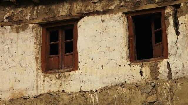 old walls and windows of hundarman ruins, kargil - jammu e kashmir video stock e b–roll