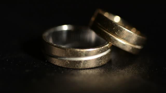 vídeos de stock e filmes b-roll de old alianças de casamento - pai da noiva
