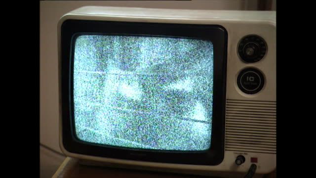stockvideo's en b-roll-footage met old, white plastic tv with static on the screen; 1996 - materiaal