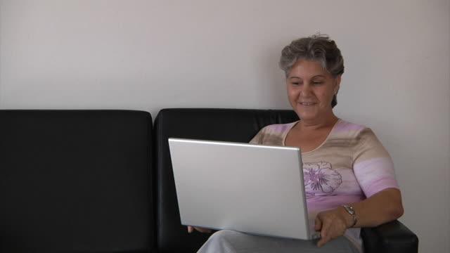 vídeos de stock e filmes b-roll de mulher velha conversar - colo