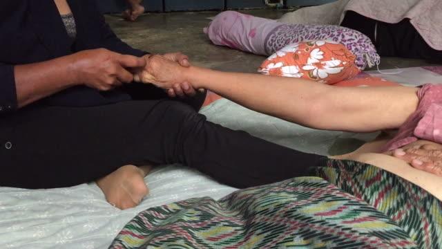 タイ式マッサージでリラックスを持つ古い女性 - リンパ系点の映像素材/bロール
