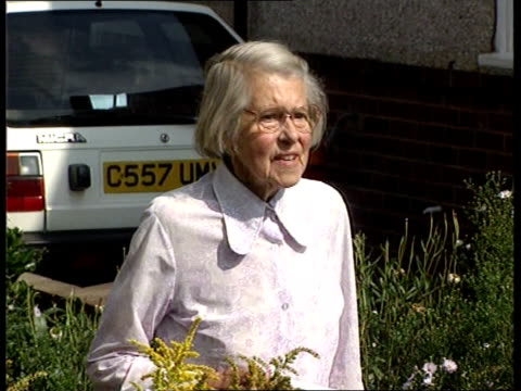 old woman named as soviet spy; england: kent: bexleyheath: ext melita norwood, 87-year-old woman who has been revealed to be a soviet spy, up garden... - melita norwood stock-videos und b-roll-filmmaterial