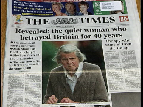 stockvideo's en b-roll-footage met old woman named as soviet spy; gray's inn road: int front page of the times breaking the story of norwood - spion