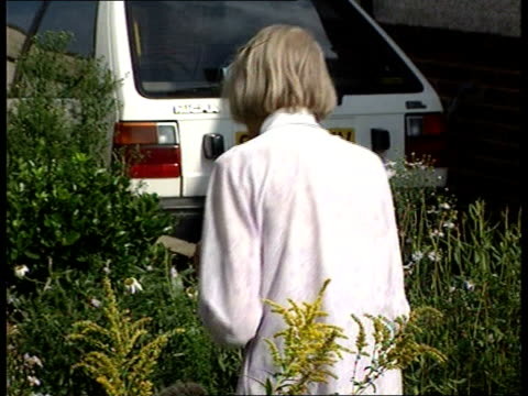 stockvideo's en b-roll-footage met old woman named as soviet spy; itn kent: bexleyheath: ext norwood back to her house after reading statement tx 11.9.99/16.45 - spion