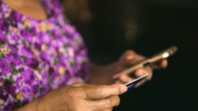 vídeos de stock e filmes b-roll de old woman paying by card - idoso na internet