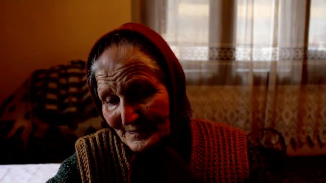 vidéos et rushes de vieille femme (hd - vidéo portrait