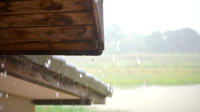 vidéos et rushes de slo mo - vieille gouttière en bois qui fuit - en bois