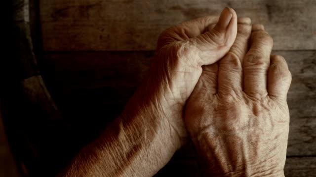 vídeos y material grabado en eventos de stock de old arrugado agricultores manos - mujeres mayores