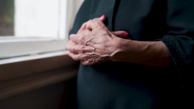 vídeos y material grabado en eventos de stock de vieja arrugada manos - mujeres mayores