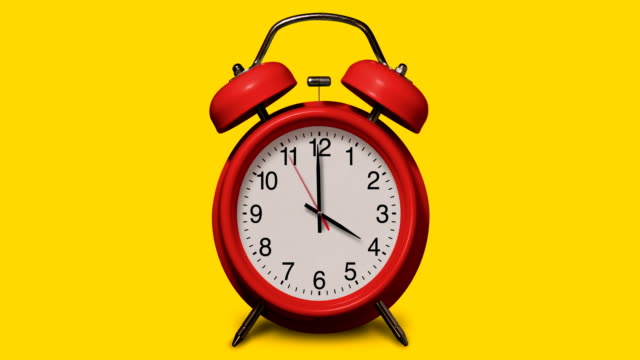 vídeos de stock e filmes b-roll de old-fashioned red alarm clock rings at 4 o'clock on yellow background - número 4
