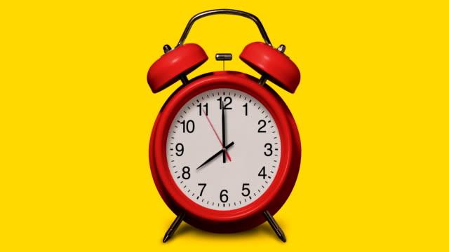vidéos et rushes de le réveil rouge à l'ancienne sonne à 8 o'clock sur le fond jaune - number 8