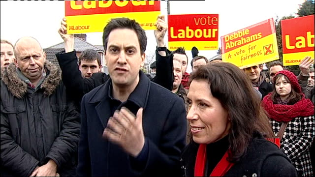 ed miliband campaigns in oldham ed miliband speech england lancashire oldham photography * * debbie abrahams and ed miliband mp towards as labour... - collegio elettorale video stock e b–roll