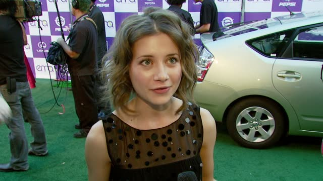 vídeos de stock e filmes b-roll de olesya rulin on the importance of attending the event and on what she does at home to be environmentally friendly at the 2007 ema awards at the... - wilshire ebell theatre