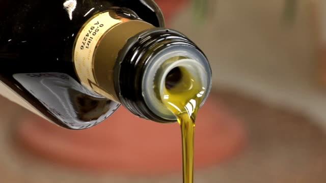 vídeos de stock, filmes e b-roll de molho de azeite de oliva - garrafa