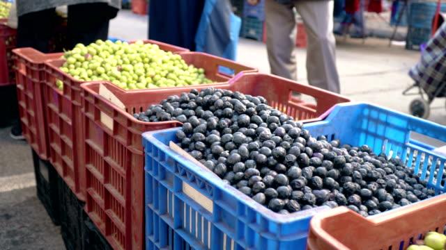 olive auf bauernmarkt - lebensmittelhändler stock-videos und b-roll-filmmaterial