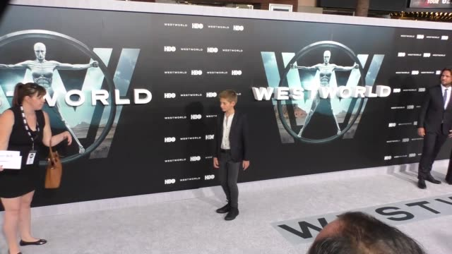 vídeos y material grabado en eventos de stock de oliver bell at the hbo premiere of westworld at tcl chinese theatre in hollywood at celebrity sightings in los angeles on september 28, 2016 in los... - tcl chinese theatre