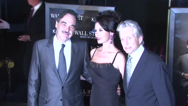 stockvideo's en b-roll-footage met oliver stone catherine zetajones and michael douglas at the 'wall street money never sleeps' new york premiere at new york ny - oliver stone