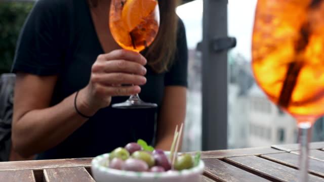olive e bevande su tavola - refreshment video stock e b–roll