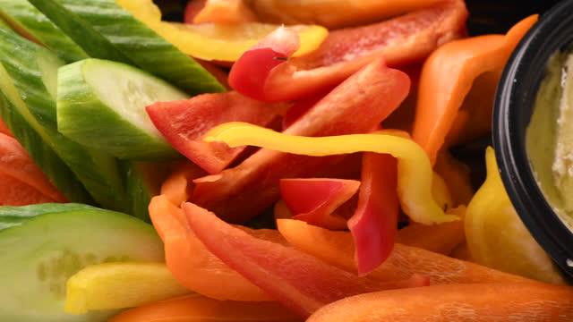 オリーブ、フェタチーズ、スライスピーマン、フムス前菜 - オレンジピーマン点の映像素材/bロール
