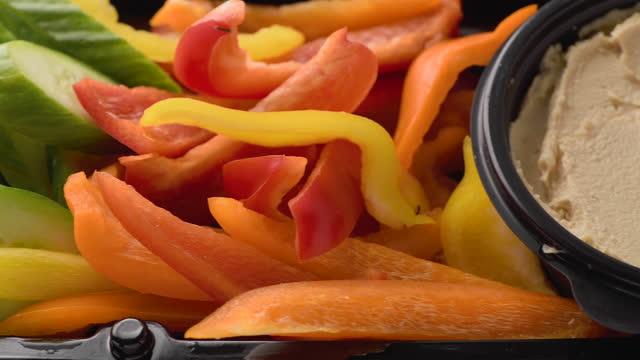 オリーブ、フェタチーズ、切り身、ピーマン、フムス前菜 - オレンジピーマン点の映像素材/bロール