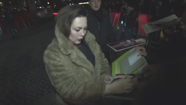 stockvideo's en b-roll-footage met olivia colman at 'the night manager' red carpet 66th berlin international film festival at on february 18 2016 in berlin germany - internationaal filmfestival van berlijn 2016
