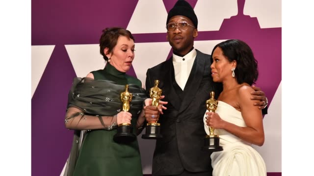 vídeos de stock, filmes e b-roll de olivia colman winner of best actress for 'the favourite' mahershala ali winner of best actor in a supporting role for 'green book' and regina king... - if beale street could talk
