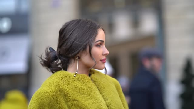 stockvideo's en b-roll-footage met olivia culpo wears a yellow fluffy coat during paris fashion week womenswear fall/winter 2018/2019 on february 28 2018 in paris france - jas