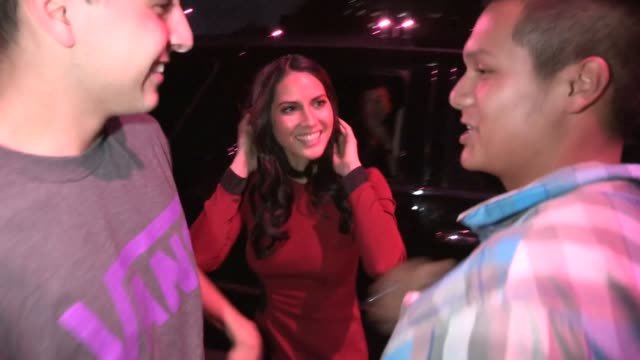 olivia munn greets fans at nbc studio in burbank 12/03/12 - burbank stock-videos und b-roll-filmmaterial