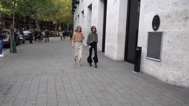 vidéos et rushes de olivia palermo is seen during london fashion week september 2017 on september 17 2017 in london england - semaine de la mode de londres