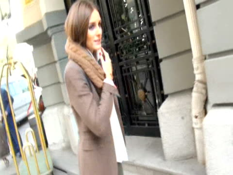 olivia palermo leaves palace hotel europa press news capsules on november 27 2012 in madrid spain - palast stock-videos und b-roll-filmmaterial