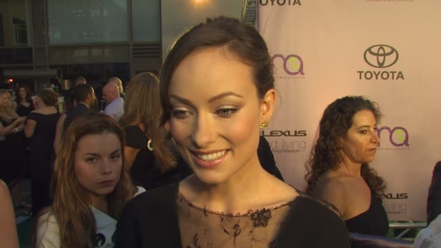 olivia wilde on being here on eco friendly make up at the 2009 environmental media awards at los angeles ca - environmental media awards点の映像素材/bロール