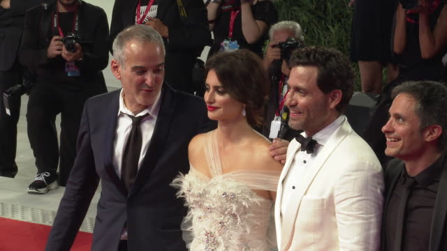 olivier assayas penélope cruz edgar ramírez gael garcía bernal wagner moura leonardo sbaraglia at 'wasp network' red carpet arrivals 76th venice film... - penélope cruz stock videos and b-roll footage