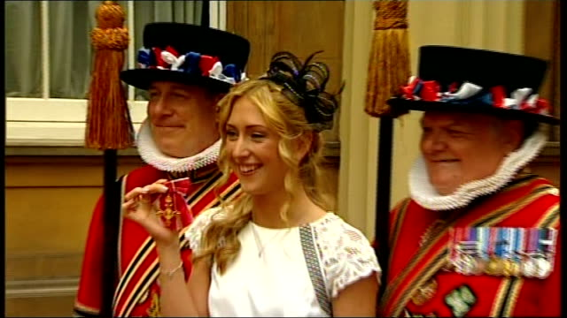 stockvideo's en b-roll-footage met olympians laura trott and sophie christiansen receive obes england london buckingham palace ext laura trott obe photocall in buckingham palace... - yeomen warder
