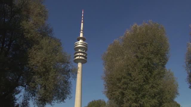 vídeos y material grabado en eventos de stock de olympiapark,  park, olympiaturm reflected in the water of lake - chapitel