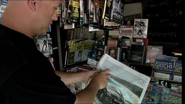 Olympic diver Tom Daley's father dies of brain tumour T22070935 Rob Daley looking at Italian newspaper article on newspaper stand