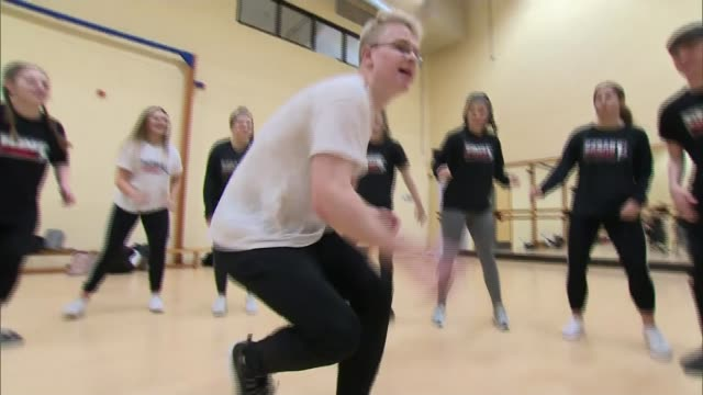 vídeos de stock, filmes e b-roll de breakdancing could make olympics debut at paris 2024 england high wycombe int various of young people breakdancing breaking in gym as others look on... - competition round