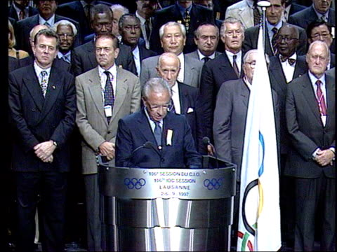 london to bid lib switzerland lausanne juan antonio samaranch press conference sot the host of the next olympic games will be athens people... - gebot stock-videos und b-roll-filmmaterial