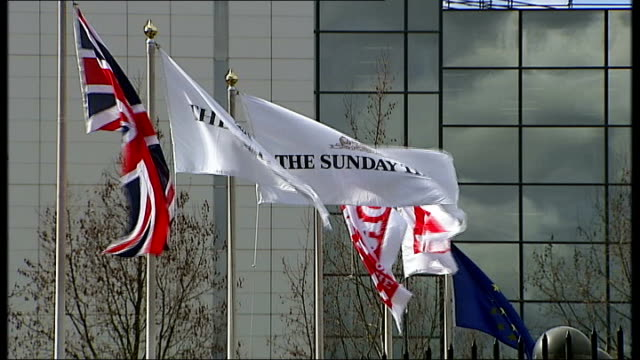 vídeos y material grabado en eventos de stock de olympic hopefuls affected by phonehacking scandal 'sunday times' 'the sun' and 'news of the world' flags outside news international building... - domingo