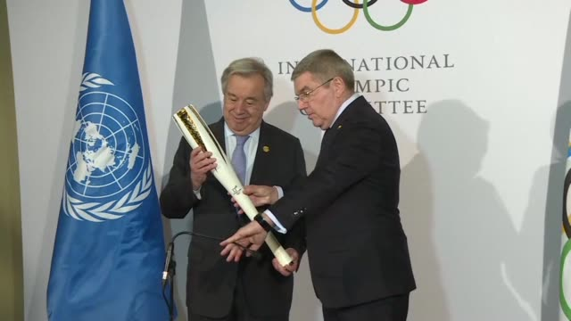 olympics chief thomas bach present un secretary general antonio guterres an olympic torch ahead of the opening ceremony of the 2018 winter games in... - südkorea stock-videos und b-roll-filmmaterial