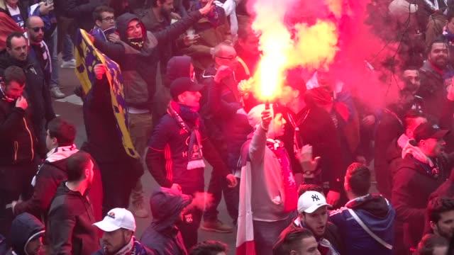 vídeos de stock, filmes e b-roll de olympique de lyon's ultras invaded the street of barcelona, spain, on march 13, 2019 before the uefa champions league match between fc barcelona and... - olympique lyonnais