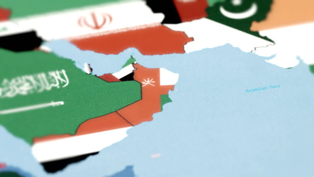 oman grenzt nationalflagge auf weltkarte - oman stock-videos und b-roll-filmmaterial