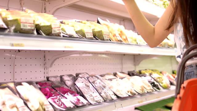 oman shopping nel supermercato. - freshness video stock e b–roll