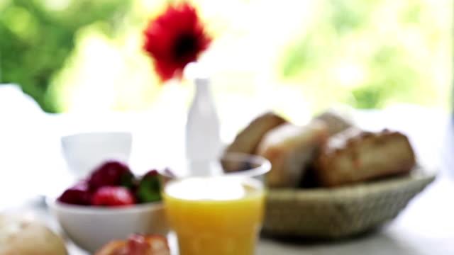 vidéos et rushes de omelette pour le petit déjeuner - groupe moyen d'objets