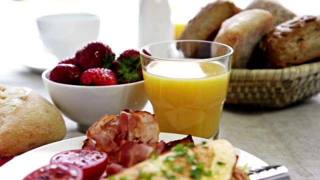 stockvideo's en b-roll-footage met omelet for breakfast - middelgrote groep dingen