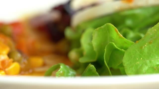 stockvideo's en b-roll-footage met omelet bij het ontbijt - middelgrote groep dingen