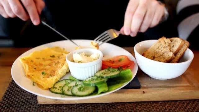 vídeos de stock, filmes e b-roll de omelete é a melhor escolha para o pequeno-almoço - ovo mexido